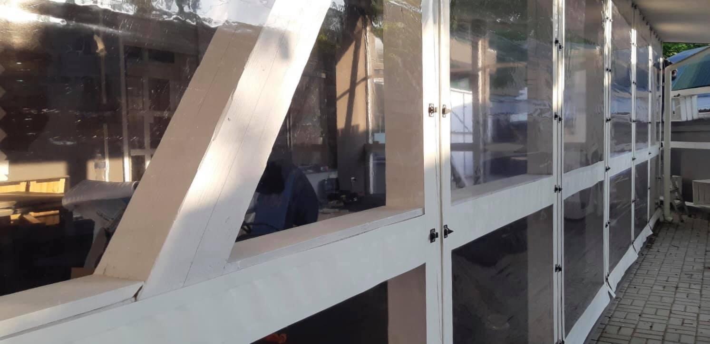 Белые мягкие окна на деревянную террасу