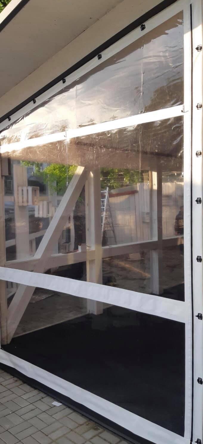 Окна на деревянную террасу в городе Черновцы